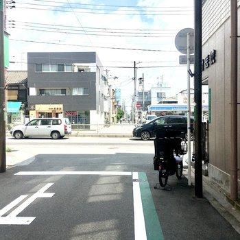 【周辺環境】玄関を出るとすぐ大通りがあります。