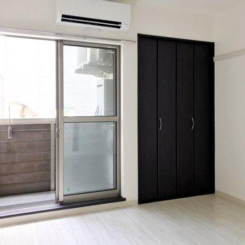 居室は5.5帖ほど。くつろぎスペースにはちょうどいい広さ。