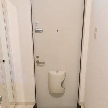 玄関はかなりコンパクト。