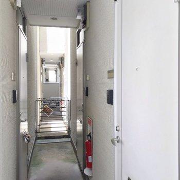 共用廊下は狭いですが、手前のお部屋なので家具の搬入は問題なさそうです。