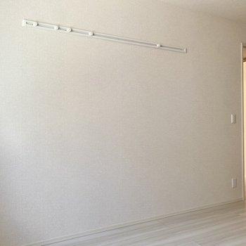【洋室6.3帖】ハングバーに部屋着を掛けておくと、サッとリラックスモードに入れそう。