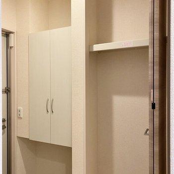 右に収納があり、掃除機など背の高いものを入れておくと便利です。