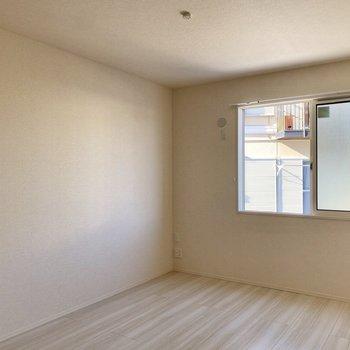 【洋室6.3帖】比較的ゆったりとしており、寝室などに適して空間です。