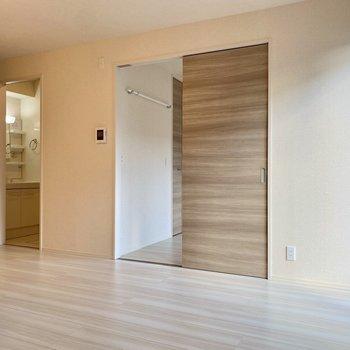 【LDK】隣の洋室とは引き戸で仕切られています。