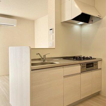 【LDK】対面式のキッチンもホワイトで統一された上品なデザイン。