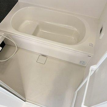 浴槽も洗い場もとってもゆったり。半身浴にも適した造りです。