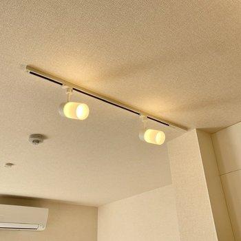 【LDK】ライティングレールがあり、電球型のペンダントライトなどに付け替えてもお洒落です。