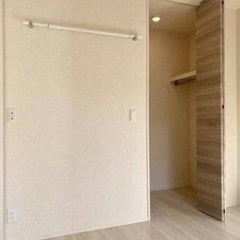 【洋室4.5帖】壁に物干しポールを掛けておけるのが斬新。