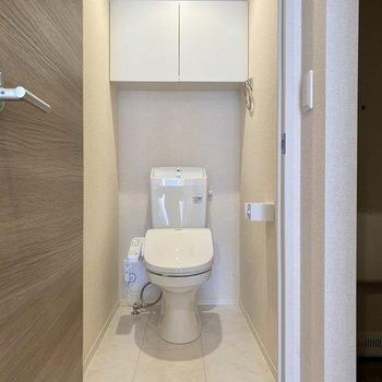 お手洗いは廊下突き当り。温水洗浄便座付きです。