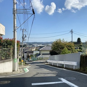 最寄りのバス停からの道中。閑静な住宅街の続く長閑な道のりです。