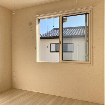【洋室4.5帖】腰窓のおかげで、開放感ある空間です。