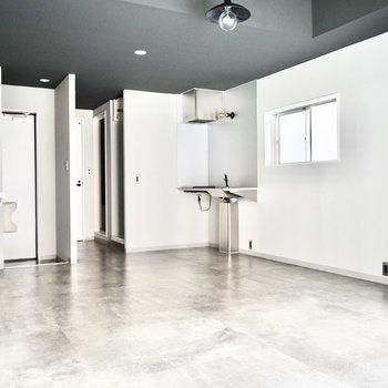 床が独特です。ダンススタジオのようにツルツルです。 ※写真はフラッシュを使用しています。