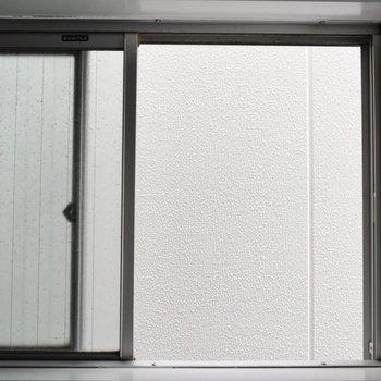 居室内の小窓からの眺望は壁です!見られる心配はないので開けて置くと涼しく過ごせそう。