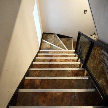 エレベーターはないので階段で上り下りです・・!