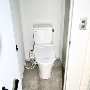 トイレはウォシュレット付き!※写真はフラッシュを使用しています。