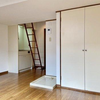 奥に玄関とキッチン、洗濯機置き場、手前に収納があります。※写真は2階の同間取り別部屋のものです