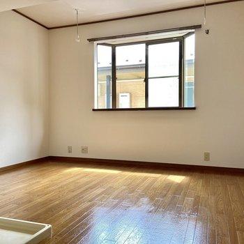 出窓がかわいいお部屋。※写真は2階の同間取り別部屋のものです