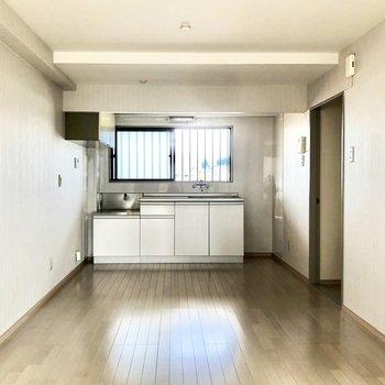 【LDK】キッチン側にも窓があるので明るいです。