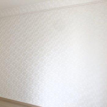 【南側の洋室6帖】モザイク柄のようなクロスが施されています。