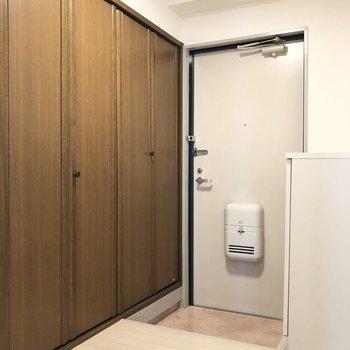 玄関横には何やら扉が。