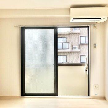 【真ん中の洋室6帖】こちらのお部屋にもエアコンがついているので引き戸を閉めていても快適です。