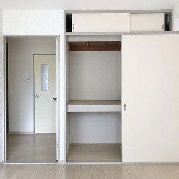 【南側の洋室6帖】こちらにも押し入れタイプの収納が。
