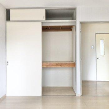 【真ん中の洋室6帖】こちらには押し入れタイプの収納が。