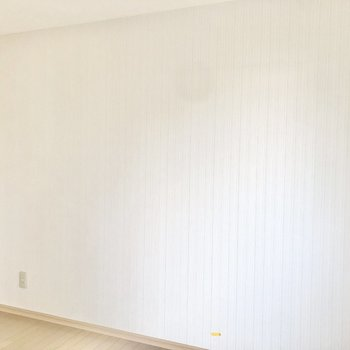 【真ん中の洋室6帖】壁はさりげないストライプ。
