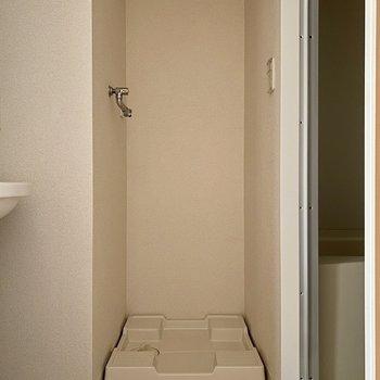 脱衣所。まず洗濯機置き場があります。
