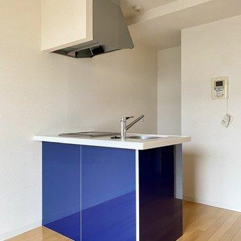 ブルーのパネルがおしゃれな対面キッチン。