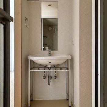 無垢出し感のある造作洗面台が美しいですね。