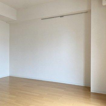 こちらにベッドが置けますね。ピクチャーレールにはドライフラワーやアートを飾って。