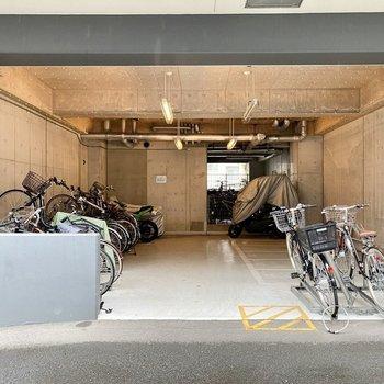 駐輪場(空き要確認)。屋根があるので濡らさず保管できますよ。