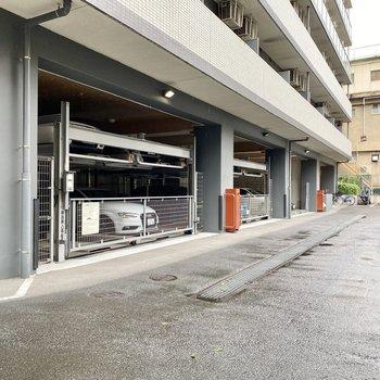 駐車場(空き要確認)。立体式で収容台数が多そうですね。