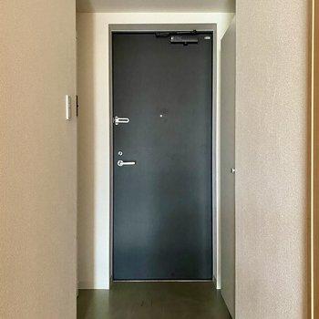 玄関。チャコールグレーのドアがアクセントです。