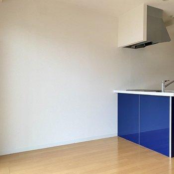 キッチン前にダイニングテーブル兼デスクを置いてみては。