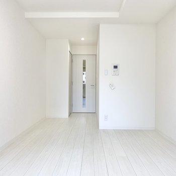 全体的に白色を基調として綺麗ですよ。※写真は6階の同間取り別部屋のものです