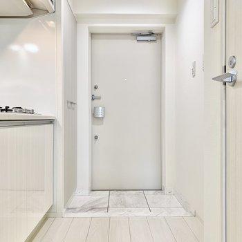 キッチンや玄関前も白色で統一されてます。※写真は6階の同間取り別部屋のものです