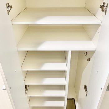 大容量のシューズボックス。傘立てもありますね。※写真は6階の同間取り別部屋のものです