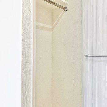 ハンガーパイプ付きのクローゼット。コート類を掛けられますよ。※写真は6階の同間取り別部屋のものです