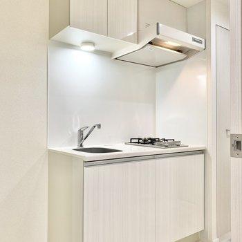 キッチンにライトが付いていますよ。※写真は6階の同間取り別部屋のものです