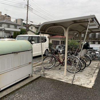 敷地内にゴミ捨て場と自転車置き場がありました。