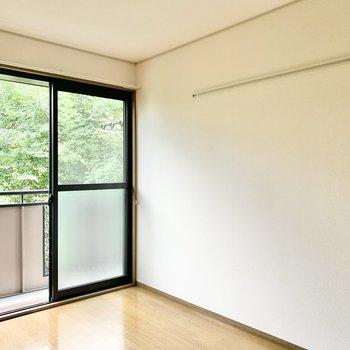 【洋室】壁にはフックが付いています。