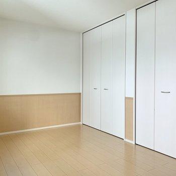 【洋室約7.5帖】収納は横並びで2つ。