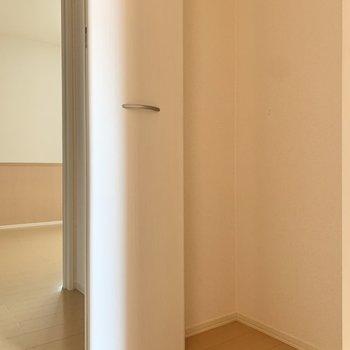 掃除用具は廊下の物入にまとめておきましょう。