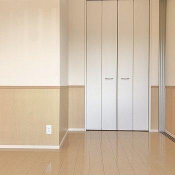 【洋室約5.5帖】少しカクカクした間取りなので、家具の配置は工夫しましょう。