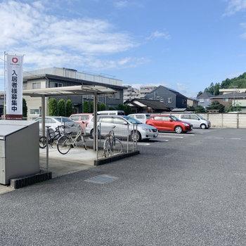 駐車場や駐輪場もあります。