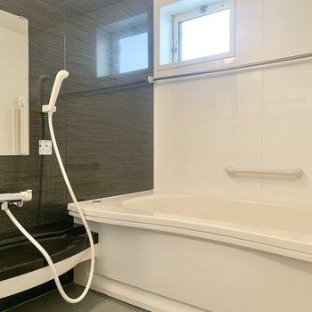 お風呂には窓があって換気がしやすいですよ。