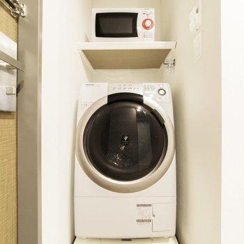 ドラム式洗濯機・電子レンジが備え付けられています。