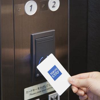 エレベーターはカードをかざさないと動かない仕組み。セキュリティ面でかなり安心できそうです。